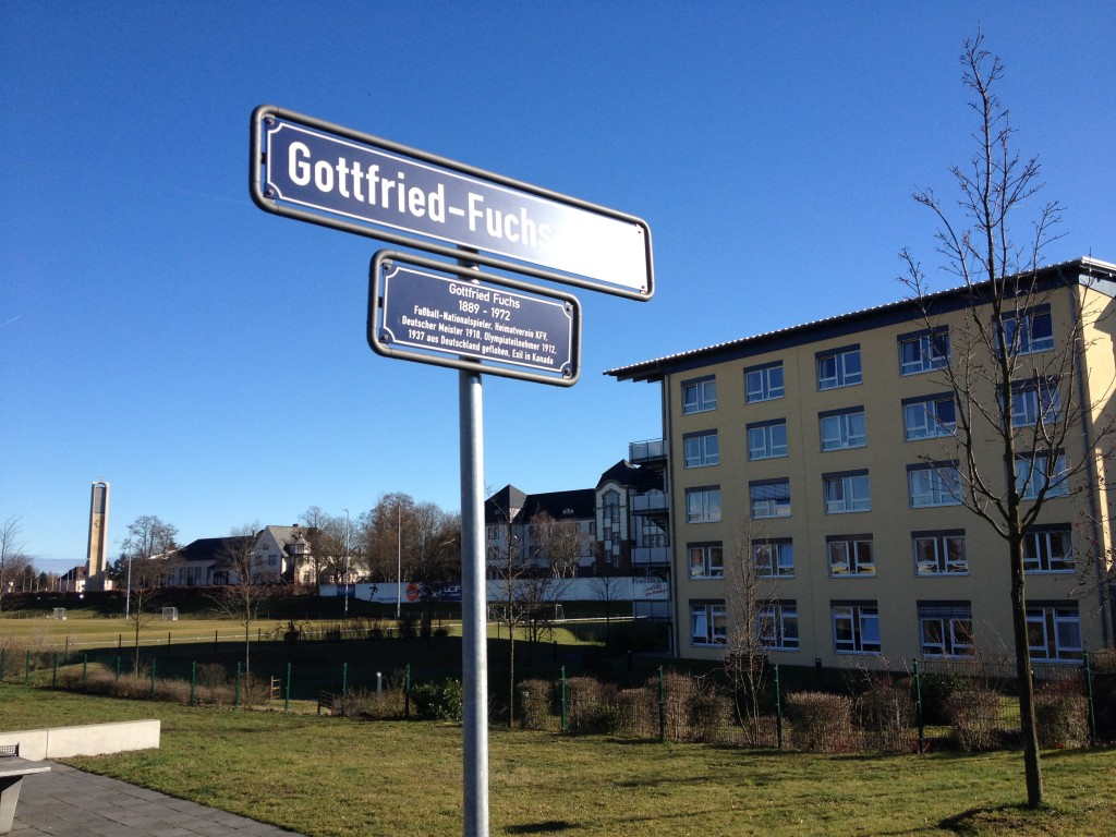 Op rechts het verpleegtehuis dat in 2006 gebouwd is. Aan de voorkant van het gebouw is een gedenkteken waarin men de geschiedenis van KVF en het Stadion an der Telegrafenkaserne toelicht.